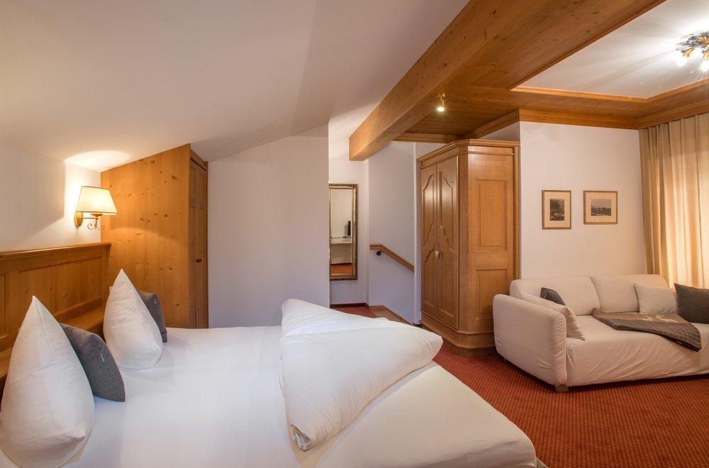 Schlafzimmer im Dachgeschoss mit Sofa Apartment Gerlosstein