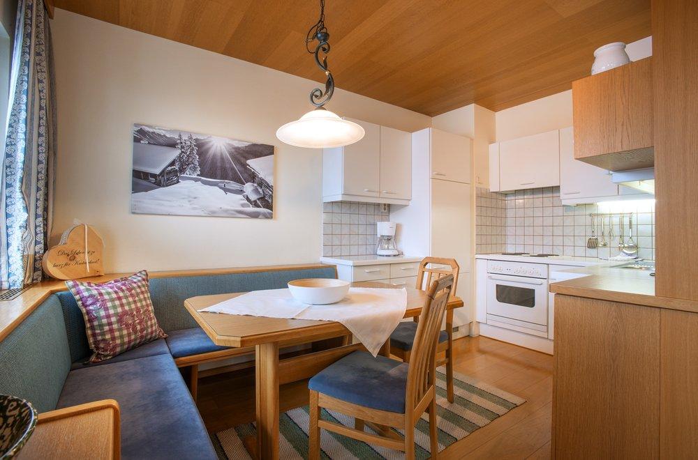 Essecke mit Blick auf die Küche Apartment Enzian