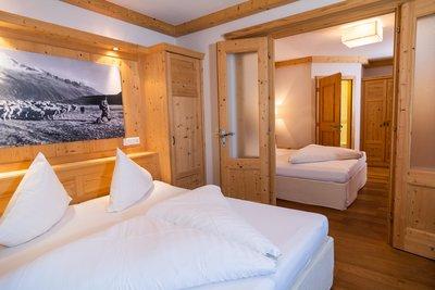 Zwei Schlafzimmer verbunden durch eine Tür Apartment Panorama