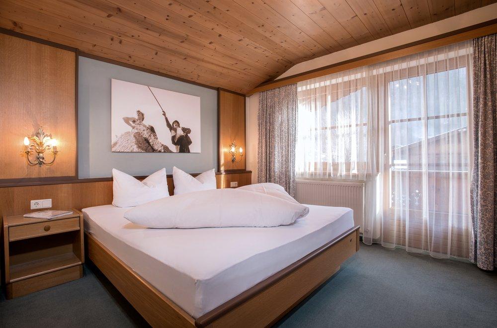 Großes Schlafzimmer mit Fensterfront Apartment Alpenrose