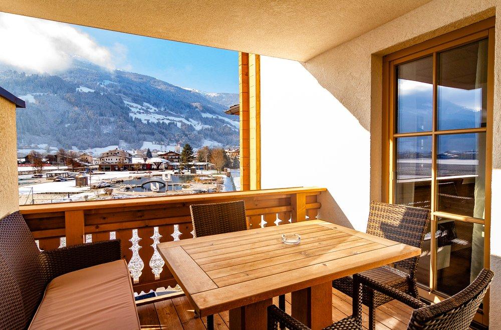 Terrasse mit Tisch und Bank Apartment Tirol
