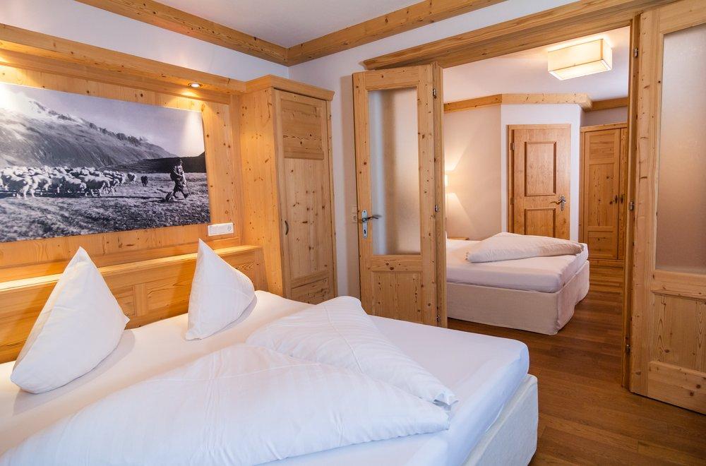 2 Schlafzimmer mit einer Verbindungstür Apartment Panorama