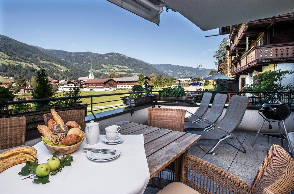 Terrasse mit Esstisch, Grill und Liegen Apartment Panorama