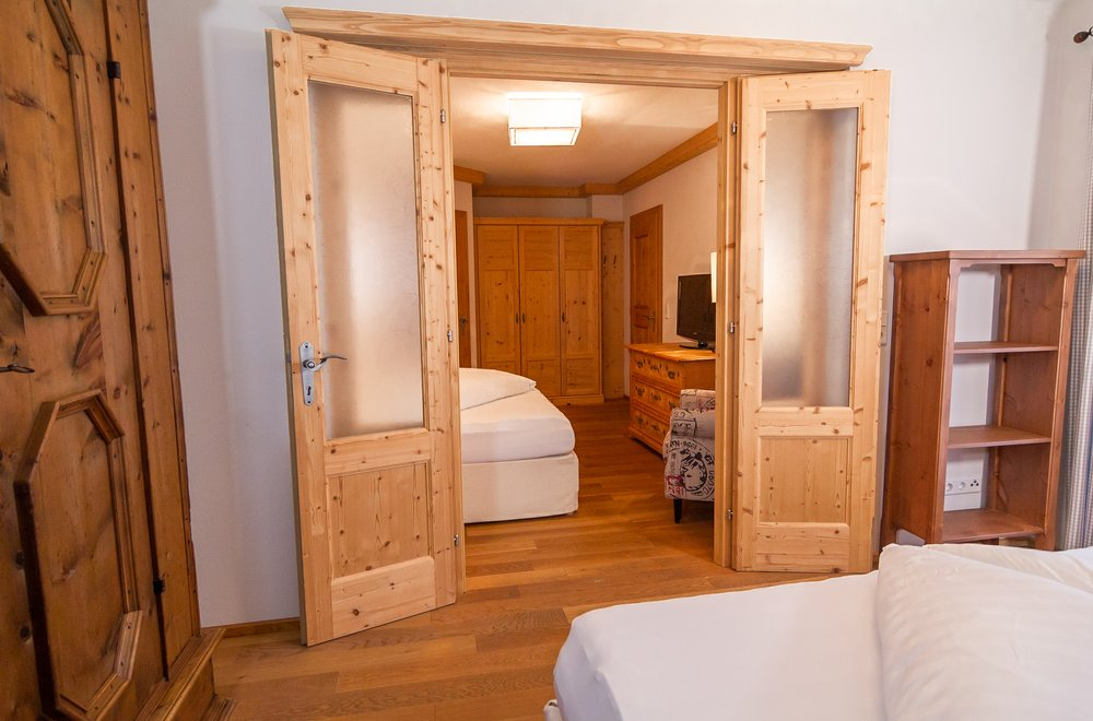 Schlafzimmer mit Verbindungstür Apartment Tirol