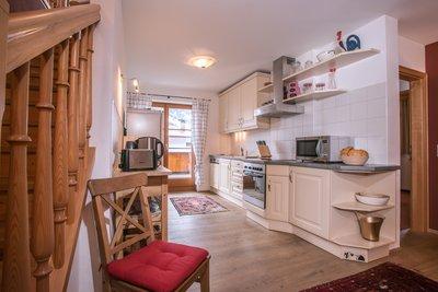 Küche mit Blick auf Balkon Apartment Hochzillertal