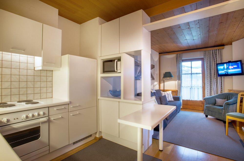 Küche mit Sicht auf den Wohnbereich Apartment Lavendel