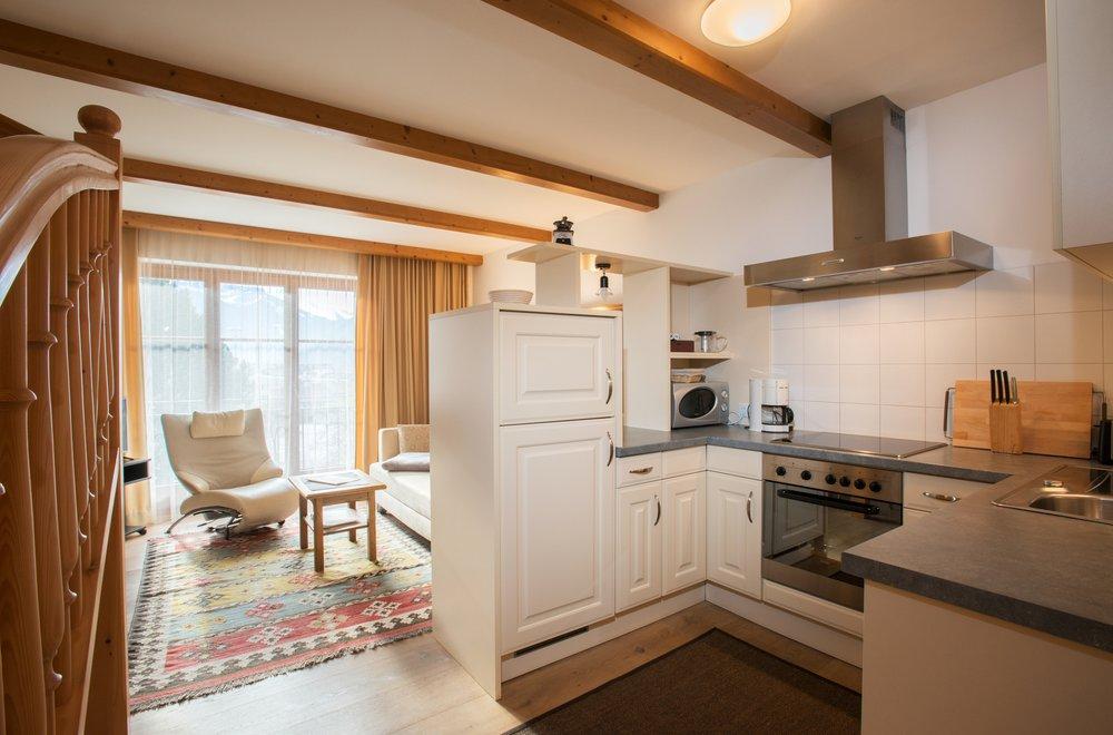 Küche mit Sicht auf das Wohnzimmer Apartment Gerlosstein