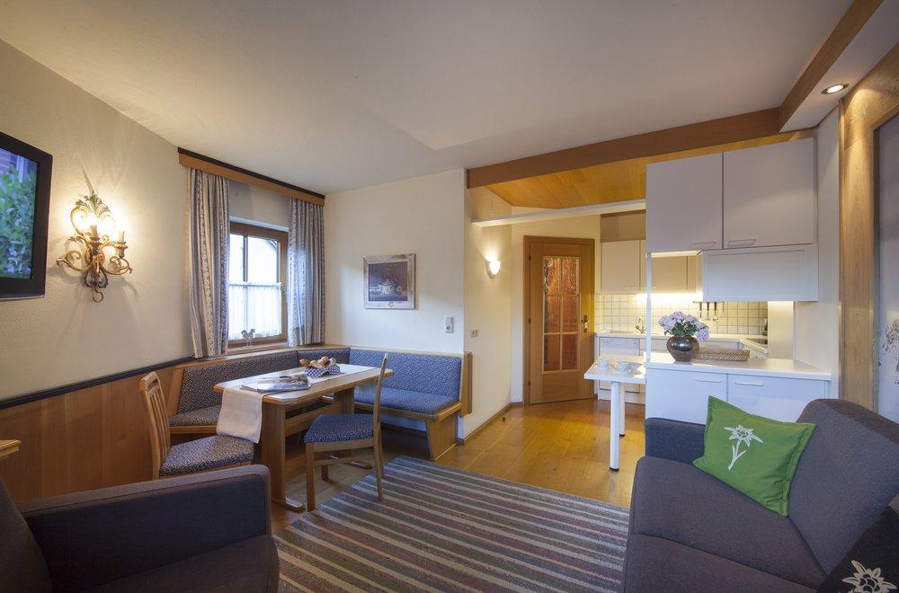 Ess- und Wohnbereich mit Blick auf Küche Apartment Edelweiss