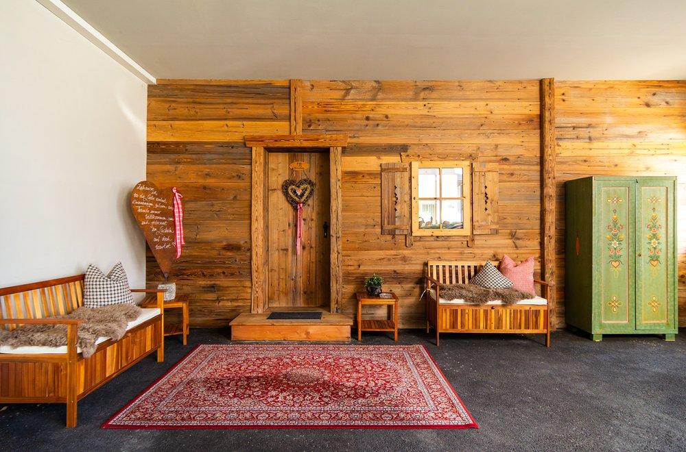 Aussenbereich mit Bänken und einem Teppich Apartment Schwalbennest