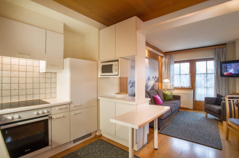 Küche mit Blick auf Wohnbereich Apartment Edelweiss