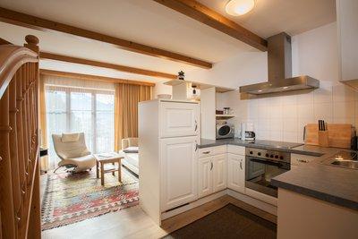 Küche mit Blick auf Wohnbereich Apartment Gerlosstein
