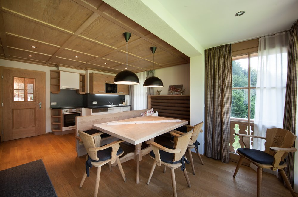 Essbereich mit Blick auf die Küche Apartment Tirol