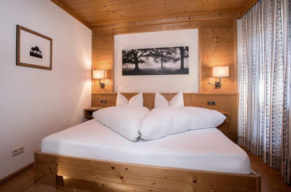 Schlafzimmer mit Zirbenholz-Doppelbett Apartment Alpenrose