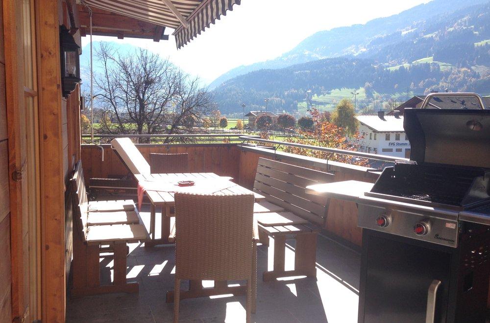 Terrasse mit Esstisch und Grill Apartment Hochzillertal