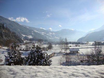 Ausblick vom Balkon Richtung taleinwärts im Winter