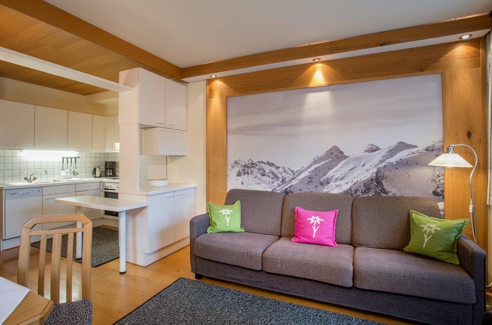 Wohnzimmer mit Sicht auf Küche Apartment Edelweiss