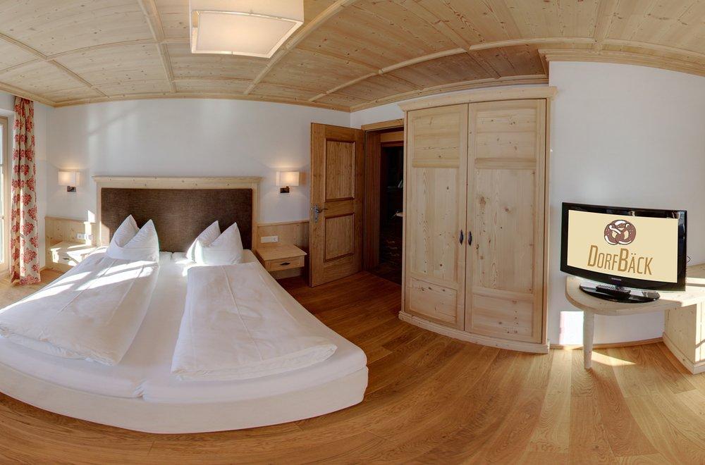 Schlafzimmer mit großem Fenster und TV Apartment Panorama