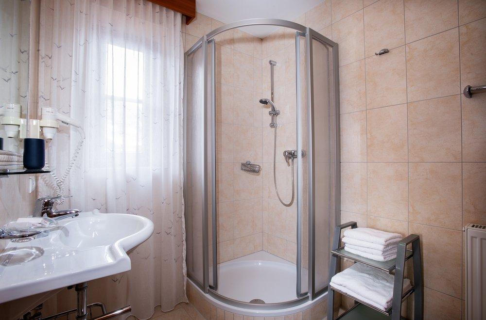 Badezimmer mit Dusche und Waschtisch Apartment Hochzillertal
