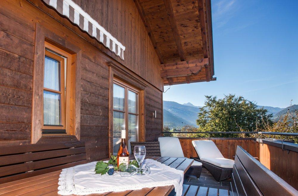 Terrasse mit Esstisch und Liegen Apartment Hochzillertal