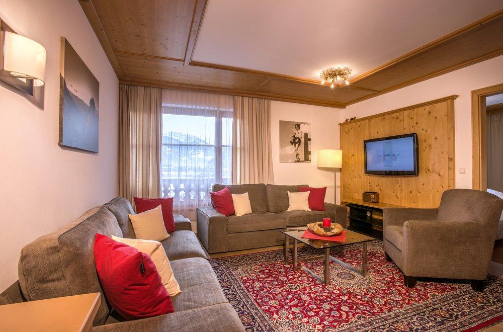 Wohnzimmer mit 2 Sofas und einem Sessel Apartment Hochzillertal
