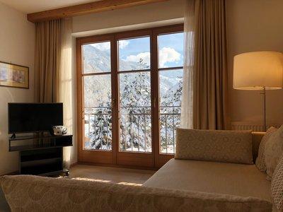 Wohnzimmer mit Sicht auf den Balkon im Winter