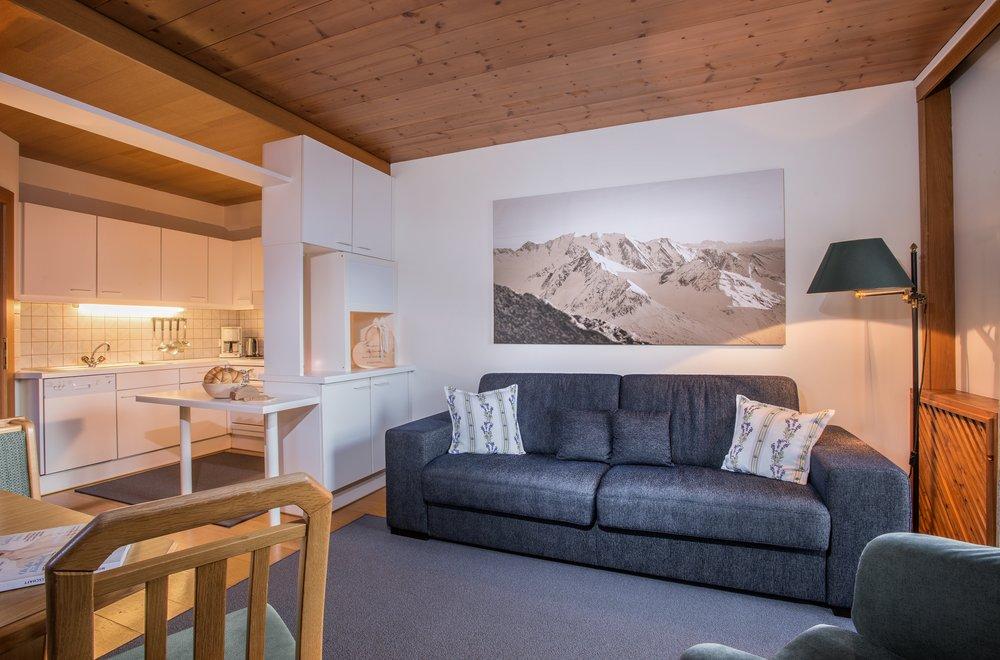 Wohnbereich mit Blick auf Küche Apartment Enzian