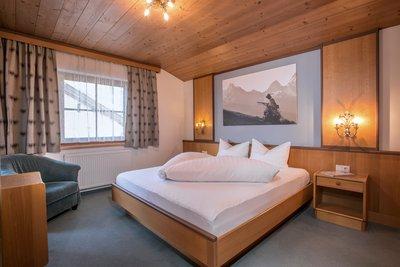 Schlafzimmer mit großem Fenster