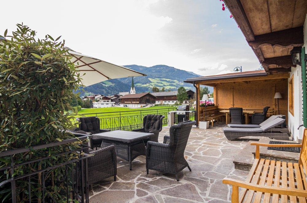 Terrasse mit Sitzmöglichkeiten, Grill und Sonnenliegen Chalet Dorfbäck