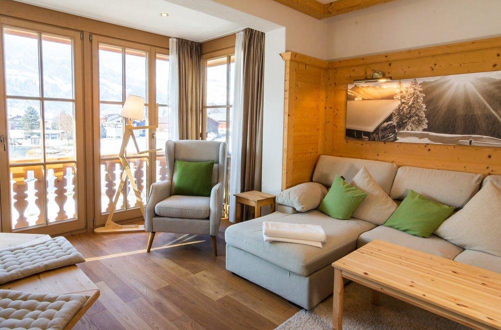 Wohnbereich mit Ecksofa und Sessel Apartment Tirol