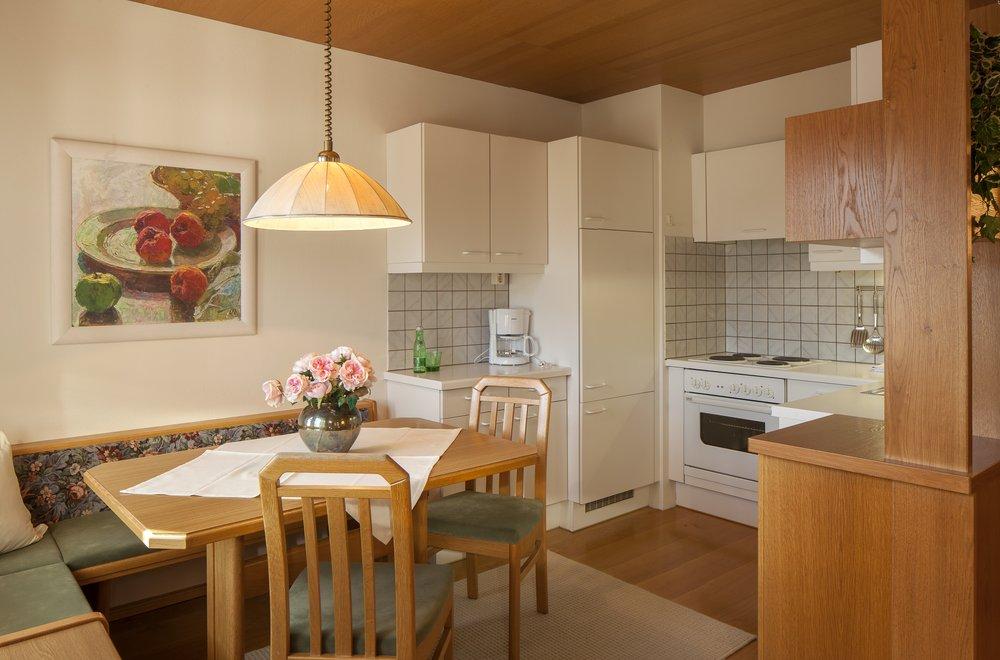 Blick auf Essbereich mit Küche und Esstisch