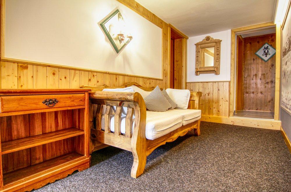 Vorraum mit Holzbank und Spiegel Chalet Dorfbäck