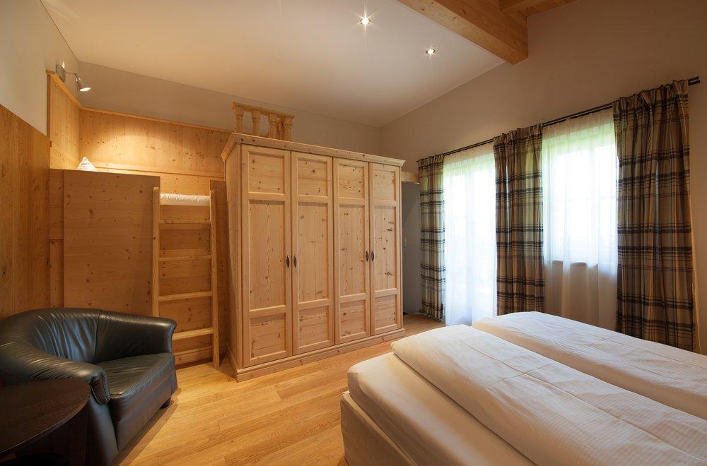 Zirbenschlafzimmer mit Stockbett Apartment Tirol