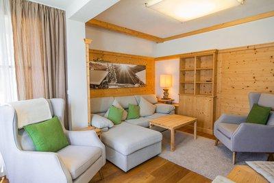 Wohnbereich mit Ecksofa und 2 Sessel