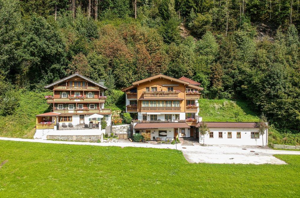 Frontalansicht Landhaus und Chalet Dorfbäck