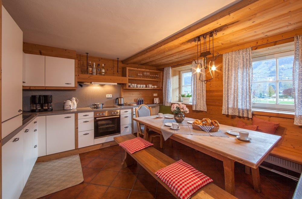 Küche und Essbereich mit langem Tisch Chalet Dorfbäck