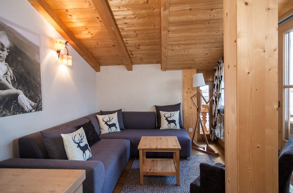 Wohnzimmer mit Ecksofa im Dachgeschoss Apartment Schwalbennest