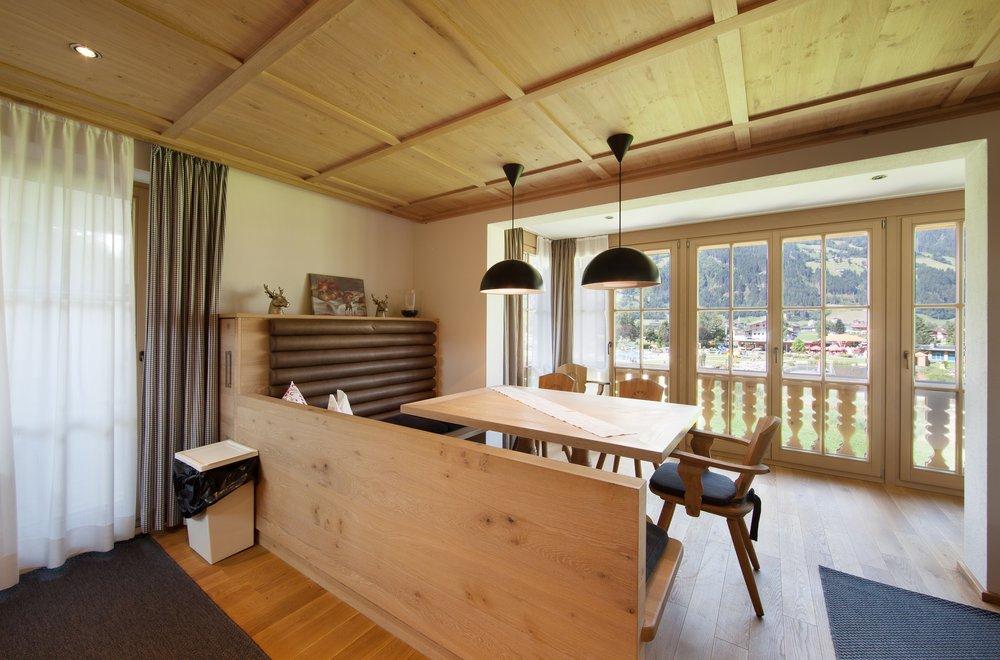 Essbereich mit Fensterfront und Balkon Apartment Tirol
