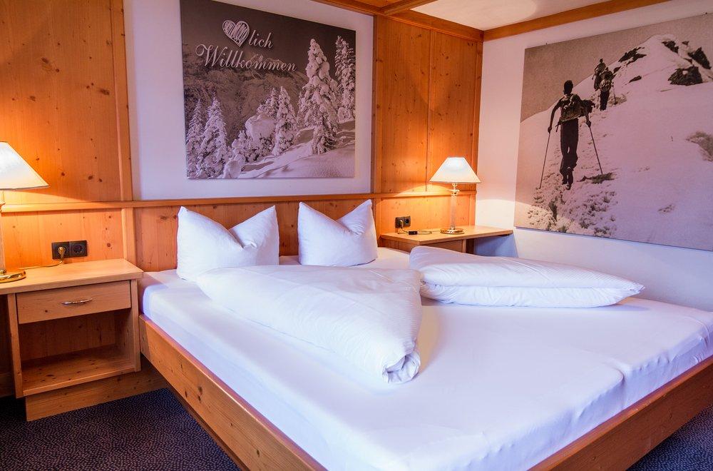 Schlafzimmer aus Zirbenholz Chalet Dorfbäck