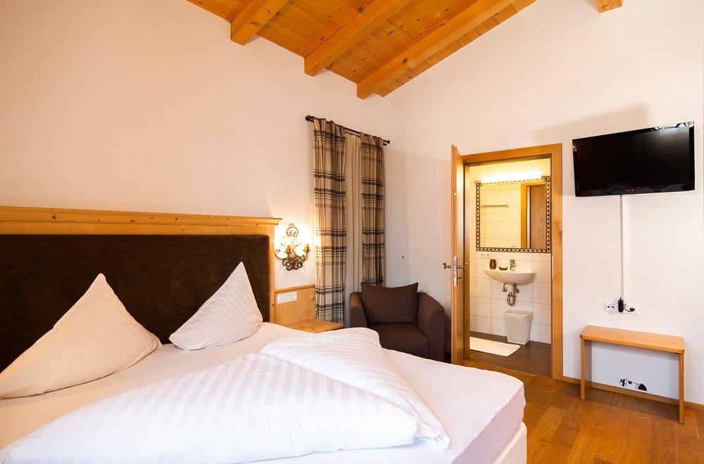 Schlafzimmer mit Blick auf das Badezimmer Apartment Tirol