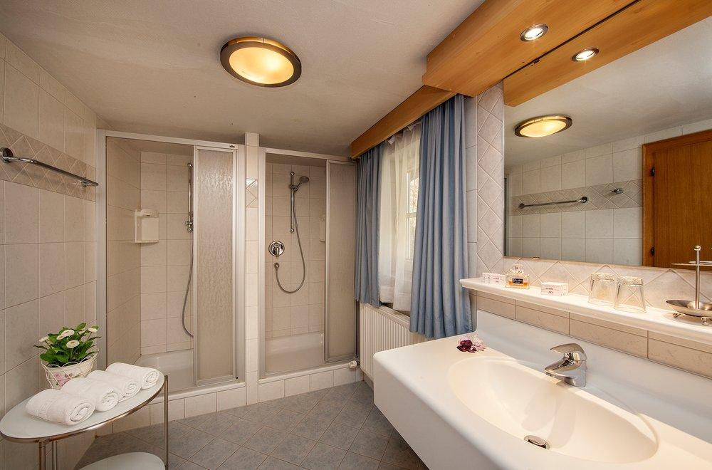 Badezimmer mit 2 Duschen, Waschtisch und Spiegel Chalet Dorfbäck