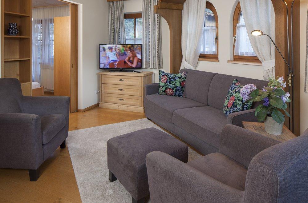 Wohnzimmer mit Sofa und 2 Sessel Apartment Enzian