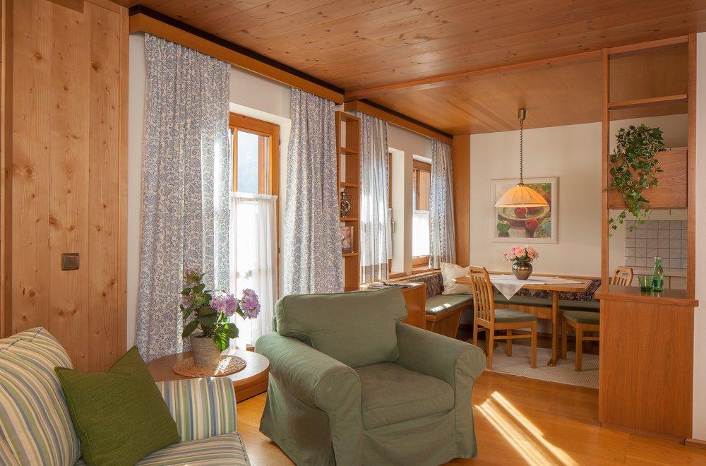 Wohnbereich mit Blick auf Essbereich Apartment Alpenrose