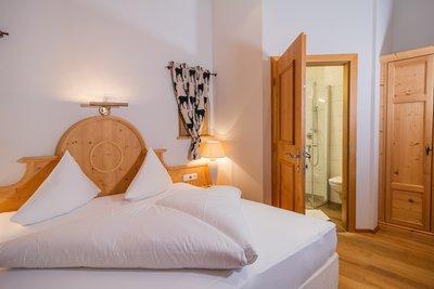 Schlafzimmer mit Blick ins Badezimmer Apartment Schwalbennest