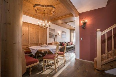Essbereich mit Blick auf Wohnzimmer Apartment Hochzillertal