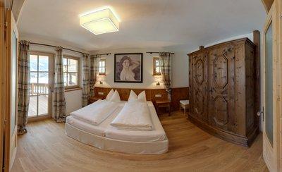 Schlafzimmer mit Kasten und Balkon Apartment Tirol