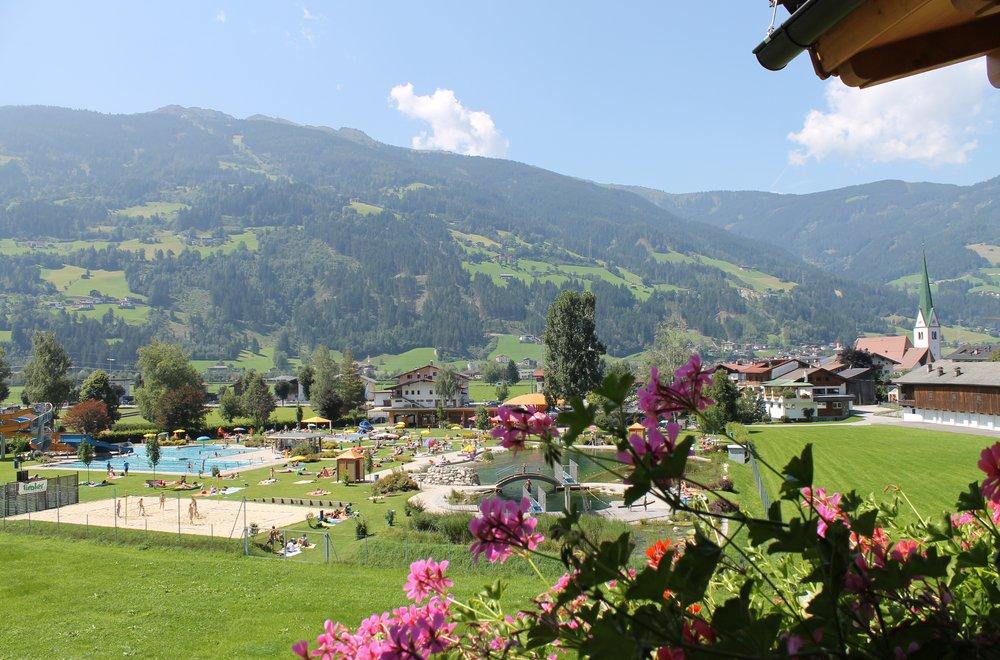 Ausblick auf das Schwimmbad in Stumm Chalet Dorfbäck