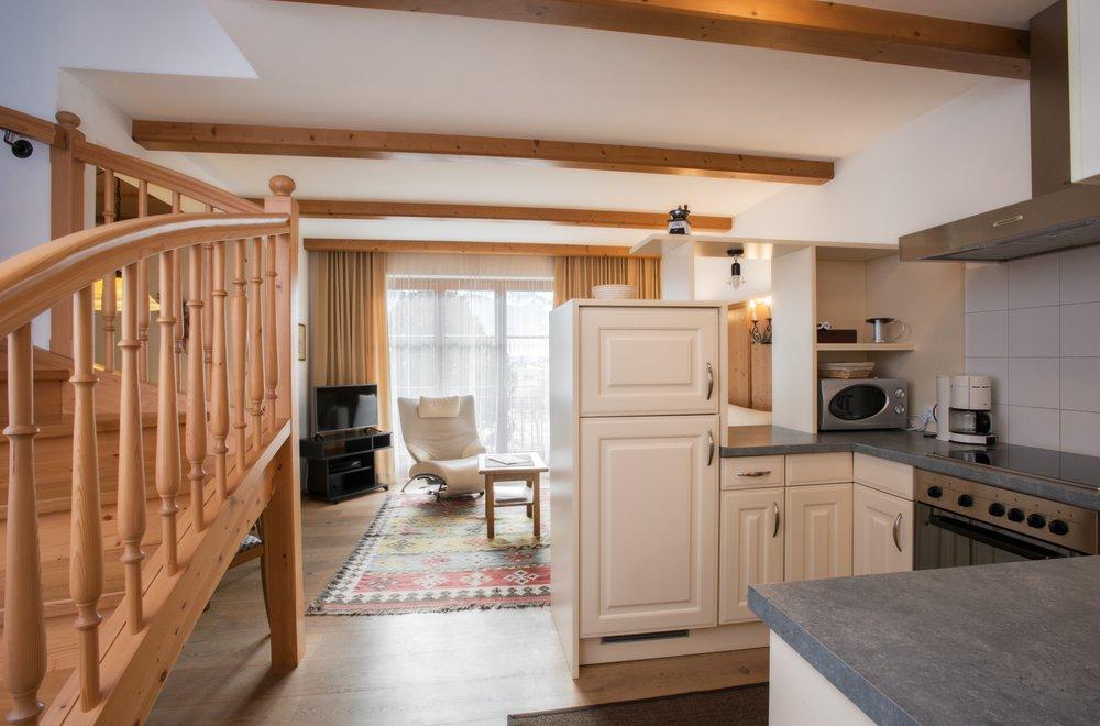 Küche mit Sicht auf den Wohnraum Apartment Gerlosstein