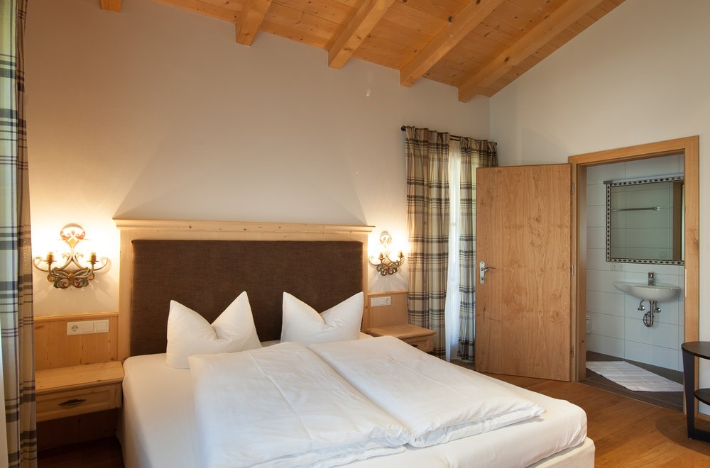 Schlafzimmer mit Boxspringbett Apartment Tirol